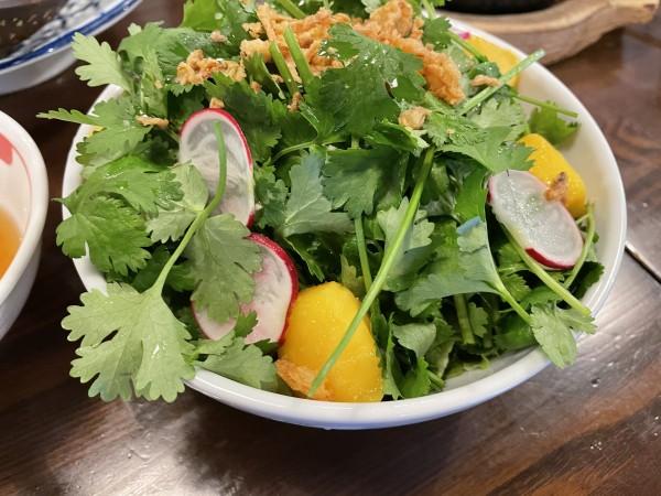 鈴鹿 サイゴンカフェ パクチーマンゴーサラダ