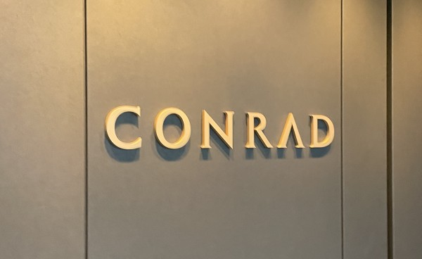 コンラッド大阪 ロゴ